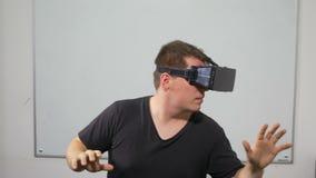 Bemannen Sie das Spielen eines Spiels unter Verwendung der Gläser der virtuellen Realität - VR stock footage