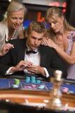 Bemannen Sie das Spielen am Kasino lizenzfreies stockfoto