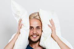 Bemannen Sie das Spielen mit Kissen, gutes Schlafkonzept Stockbild