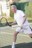Bemannen Sie das Spielen von Tennis und das Lächeln Stockfotografie