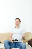 Bemannen Sie das Spielen von Videospielen mit joypad oder Steuerknüppel, um zu trösten oder PC lizenzfreies stockfoto