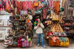 Bemannen Sie das Spielen von Wannenflöte Pisac-Markt peruanische Anden Cuzco Peru Lizenzfreies Stockfoto