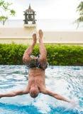 Bemannen Sie das Springen in das Pool Lizenzfreies Stockbild