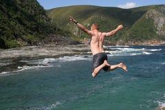 Bemannen Sie das Springen in Meer Stockfoto
