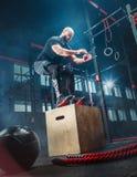 Bemannen Sie das Springen während der Übungen in der Eignungsturnhalle Crossfit lizenzfreie stockfotos