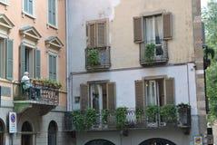 Bemannen Sie das Stillstehen auf dem Balkon eines Hauses in Bergamo Stockfotografie
