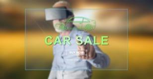 Bemannen Sie das Tragen eines virtuellen Kopfhörers der Wirklichkeit, der ein Autoverkaufskonzept auf einem Touch Screen berührt Stockbilder