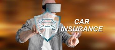 Bemannen Sie das Tragen eines virtuellen Kopfhörers der Wirklichkeit, der ein Autoversicherungskonzept auf einem Touch Screen ber Stockfoto