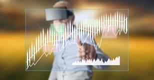 Bemannen Sie das Tragen eines virtuellen Kopfhörers der Wirklichkeit, der ein Börsekonzept auf einem Touch Screen berührt Stockfotografie