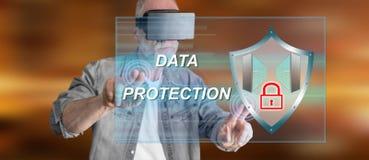 Bemannen Sie das Tragen eines virtuellen Kopfhörers der Wirklichkeit, der ein Datenschutzkonzept auf einem Touch Screen berührt Lizenzfreie Stockfotos