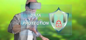 Bemannen Sie das Tragen eines virtuellen Kopfhörers der Wirklichkeit, der ein Datenschutzkonzept auf einem Touch Screen berührt Lizenzfreie Stockfotografie