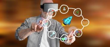 Bemannen Sie das Tragen eines virtuellen Kopfhörers der Wirklichkeit, der ein Geschäftsstrategiekonzept auf einem Touch Screen be Stockbild