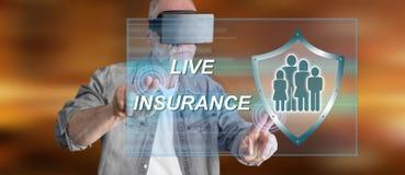 Bemannen Sie das Tragen eines virtuellen Kopfhörers der Wirklichkeit, der ein Lebensversicherungskonzept auf einem Touch Screen b Lizenzfreie Stockbilder