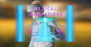 Bemannen Sie das Tragen eines virtuellen Kopfhörers der Wirklichkeit, der ein medizinisches Innovationskonzept auf einem Touch Sc lizenzfreie stockfotos