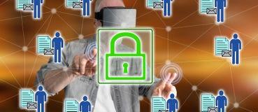 Bemannen Sie das Tragen eines virtuellen Kopfhörers der Wirklichkeit, der ein Personendatensicherheitskonzept auf einem Touch Scr Lizenzfreie Stockfotos