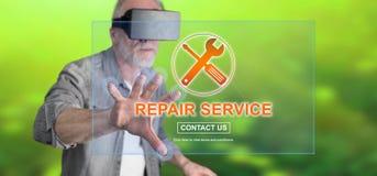 Bemannen Sie das Tragen eines virtuellen Kopfhörers der Wirklichkeit, der ein Reparaturservicekonzept auf einem Touch Screen berü Lizenzfreies Stockbild
