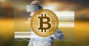 Bemannen Sie das Tragen eines virtuellen Kopfhörers der Wirklichkeit, der ein bitcoin Währungskonzept auf einem Touch Screen berü Stockfotografie