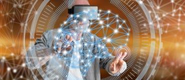 Bemannen Sie das Tragen eines virtuellen Kopfhörers der Wirklichkeit, der ein Intelligenzkonzept auf einem Touch Screen berührt Stockfoto