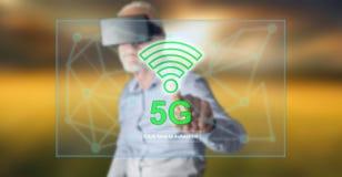 Bemannen Sie das Tragen eines virtuellen Kopfhörers der Wirklichkeit, der ein Konzept 5g auf einem Touch Screen berührt Stockbild