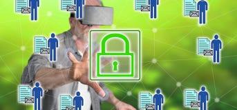 Bemannen Sie das Tragen eines virtuellen Kopfhörers der Wirklichkeit, der ein Personendatensicherheitskonzept auf einem Touch Scr Stockfoto