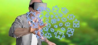 Bemannen Sie das Tragen eines virtuellen Kopfhörers der Wirklichkeit, der ein Teamwork-Konzept auf einem Touch Screen berührt Lizenzfreies Stockfoto