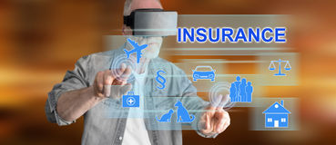 Bemannen Sie das Tragen eines virtuellen Kopfhörers der Wirklichkeit, der ein Versicherungskonzept auf einem Touch Screen berührt Lizenzfreie Stockbilder