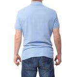 Bemannen Sie das tragende leere blaue T-Shirt, das auf weißem Hintergrund mit Kopienraum lokalisiert wird T-Shirt Design und Leut Stockfotos
