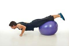Bemannen Sie das Trainieren auf pilates Kugel Stockfotografie