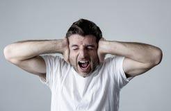 Bemannen Sie das traurige und deprimierte leidende Krisengefühlssorgen- und -schmerzschreien hoffnungslos Lizenzfreies Stockfoto