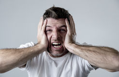Bemannen Sie das traurige und deprimierte leidende Krisengefühlssorgen- und -schmerzschreien hoffnungslos Lizenzfreies Stockbild