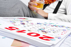 Bemannen Sie das Trinken im Büro während einer Partei der neuen Jahre Lizenzfreie Stockfotografie