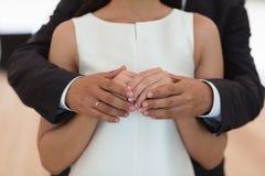 Bemannen Sie das Umarmen der Frau und das Halten sie in Ihren Armen Stockbilder