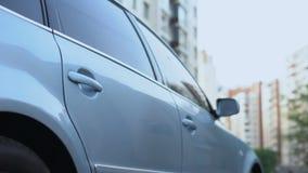 Bemannen Sie das Verlassen ein Auto, der persönliche Fahrer, der Geschäftsmann zum Büro, Taxi holt stock video footage