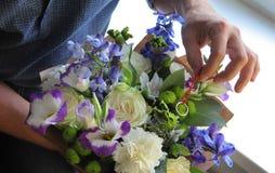 Bemannen Sie das Verstecken des Verlobungsrings in einem Blumenstrauß Lizenzfreie Stockfotos