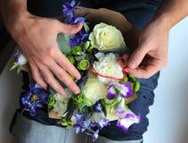 Bemannen Sie das Verstecken des Verlobungsrings in einem Blumenstrauß Lizenzfreie Stockbilder