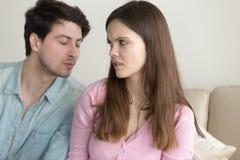 Bemannen Sie das Versuchen, Frau zu küssen, sie ihn, Freundzone zurückweisend Lizenzfreie Stockfotos