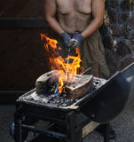 Bemannen Sie das Vorbereiten eines Feuers mit Kohle für Grill Stockfoto