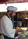 Bemannen Sie das Vorbereiten von einem Kebab Lizenzfreie Stockfotografie