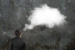 Bemannen Sie das Vorstellen der weißen Wolkengedankenblase über seinem Kopf Stockfotos