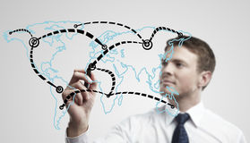 Bemannen Sie das Zeichnen eines Gesamt-Netzwerks auf Weltkarte Lizenzfreie Stockfotos