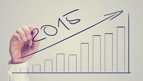 Bemannen Sie das Zeichnen eines zunehmenden Balkendiagramms, das für 2015 datiert wird Stockfoto