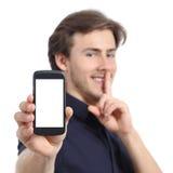 Bemannen Sie das Zeigen des Handyschirmes und das Bitten um Ruhe Stockfoto