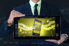 Bemannen Sie das Zeigen des intelligenten Telefons mit Kette, Sicherheitskonzept Stockbilder