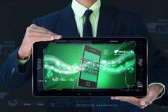 Bemannen Sie das Zeigen des intelligenten Telefons mit Kette, Sicherheitskonzept Stockfoto
