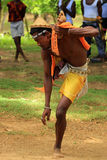 Bemannen Sie das Zeigen eines traditionellen Tanzes in Madagaskar, Afrika Stockfotografie