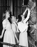 Bemannen Sie das Zeigen Frauen von Betätigungshebeln im Theater (alle dargestellten Personen sind nicht längeres lebendes und kei Lizenzfreies Stockbild