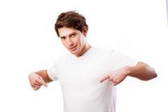 Bemannen Sie das Zeigen Ihnen des Platzes für Ihren Text auf seinem T-Shirt Stockfotografie