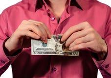 Bemannen Sie das Zerreißen von 20 Dollarbanknoten Vereinigter Staaten, die auf einem whi lokalisiert werden Lizenzfreie Stockfotos