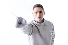 Bemannen Sie den Berufsfechter, der beim Fechten mit Rapier auf Weiß übt Lizenzfreies Stockbild
