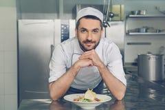 Bemannen Sie den Chef des japanischen Restaurants, der in der Küche kocht Lizenzfreie Stockfotos